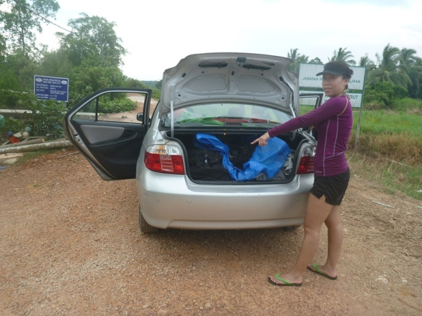 Stephanie with the Divorce Machine all packed up in the boot.