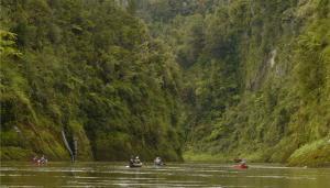 Paddling the Whanganui river - New Zealands third longest river.  Photo: richardtullochwriter.com